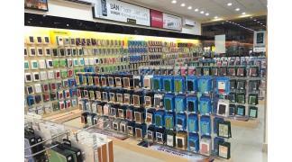 Cửa hàng bán phụ kiện điện thoại nên dùng kệ và giá treo như thế nào?